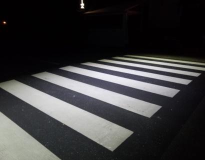Esecuzione di segnaletica stradale orizzontale in colato plastico bicomponente a freddo.