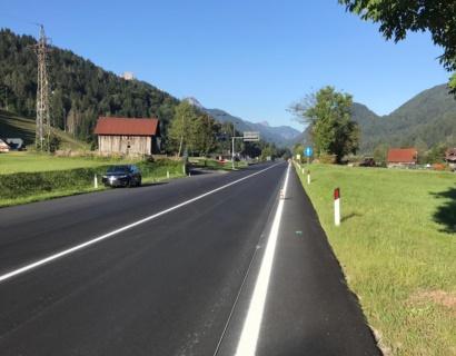 Esecuzione di segnaletica stradale orizzontale in vernice spartitraffico rifrangente.