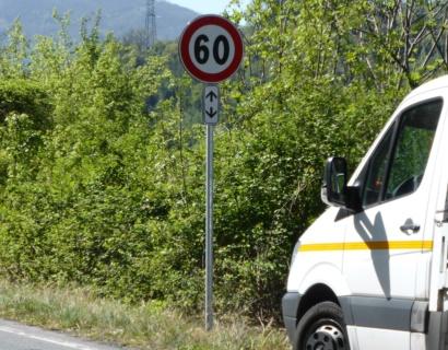 Fornitura e posa in opera di segnaletica stradale verticale.